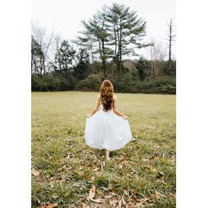 フリー写真, 人物, 女性, 外国人女性, アメリカ人, ドレス, 後ろ姿, 人と風景, 草むら