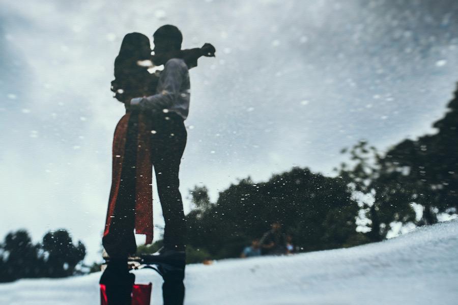 フリー写真 水たまりに映るキスをしているカップル