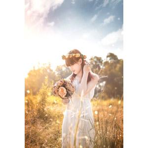 フリー写真, 人物, 女性, アジア人女性, ベトナム人, 花冠, 花束, 人と花, 草むら, 人と風景