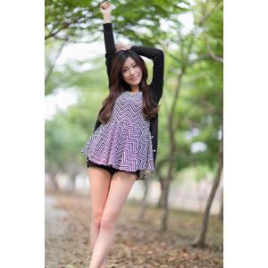 フリー写真, 人物, 女性, アジア人女性, 楚珊(00053), チュニック, カーディガン, ショートパンツ, 背伸び, 手を伸ばす