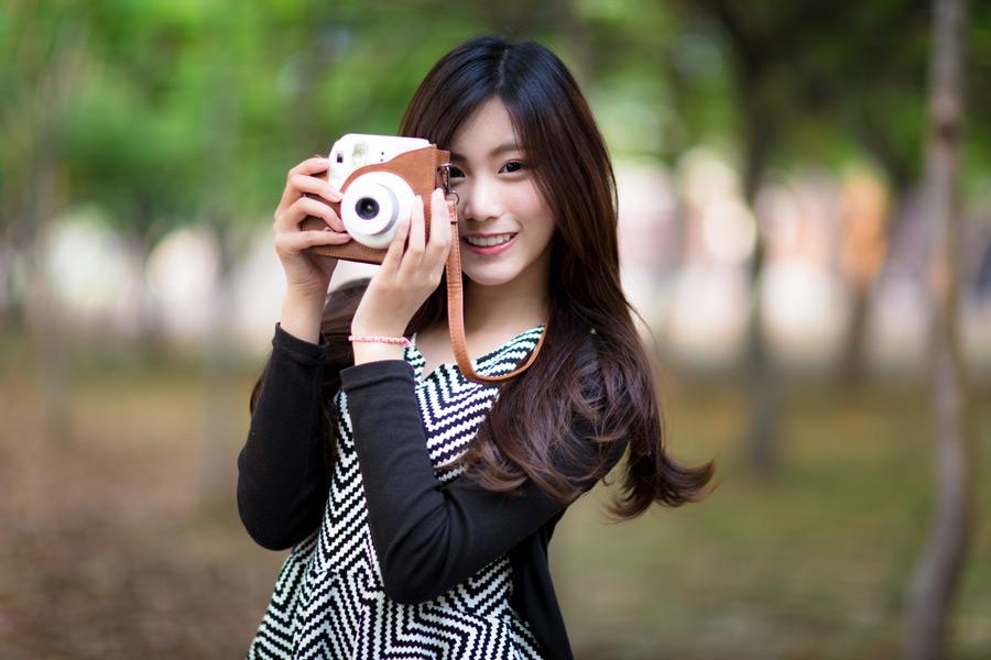 フリー写真 カメラを構える女性のポートレイト