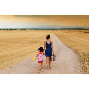フリー写真, 人物, 親子, 母親(お母さん), 子供, 娘, 手をつなぐ, 後ろ姿, 小道, 田舎, トランクケース, 旅行(トラベル), 二人