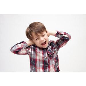 フリー写真, 人物, 子供, 男の子, 外国の男の子, 男の子(00073), 耳を塞ぐ, 目を閉じる, 叫ぶ