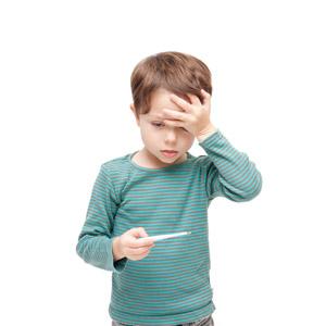 フリー写真, 人物, 子供, 男の子, 外国の男の子, 男の子(00073), 額に手を当てる, 体温計, 発熱, 病気, 風邪, 頭痛