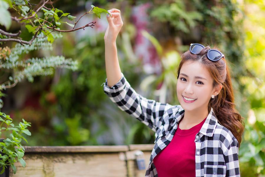 フリー写真 枝の葉をつまむ女性のポートレイト