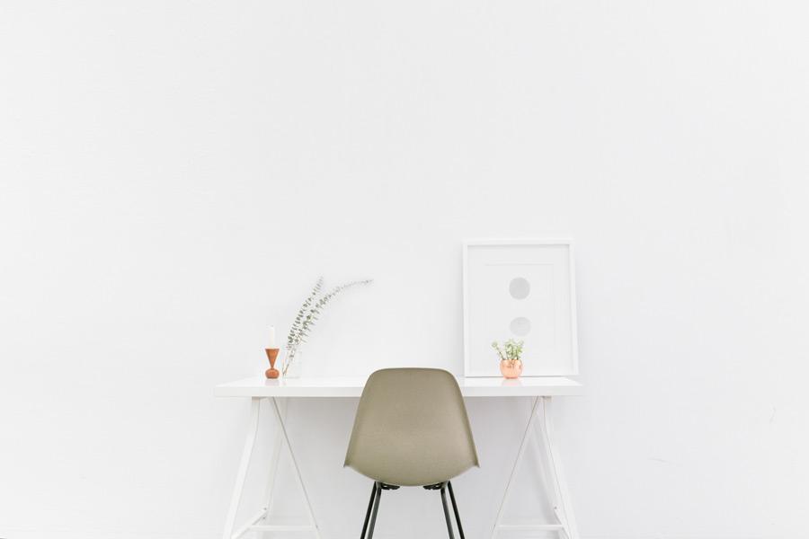 フリー写真 白い壁と白い机のある部屋の風景