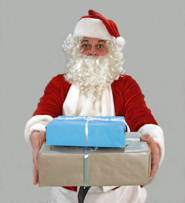 フリー写真 クリスマスプレゼント渡すサンタクロース