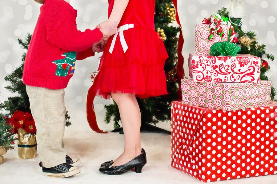 フリー写真 手をつなぐ母と子とクリスマスパーティー
