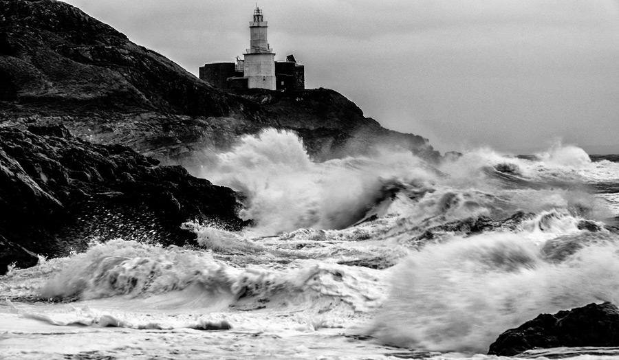 フリー写真 灯台と荒波の風景