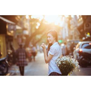 フリー写真, 人物, 少女, アジアの少女, 少女(00118), ベトナム人, 人と花, 花束, 学生服, 学生(生徒)