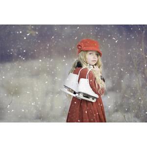 フリー写真, 人物, 子供, 女の子, 外国の女の子, 女の子(00106), 雪, 冬, スケート靴, アイススケート, 振り返る, ニット帽