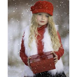 フリー写真, 人物, 子供, 女の子, 外国の女の子, 女の子(00106), 雪, 冬, プレゼント, プレゼント箱, ニット帽