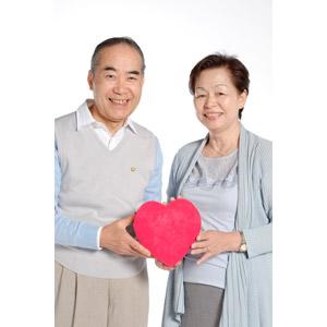 フリー写真, 人物, カップル, 夫婦, 老人, 祖父(00010), 祖母(00011), ハート, 二人, 白背景