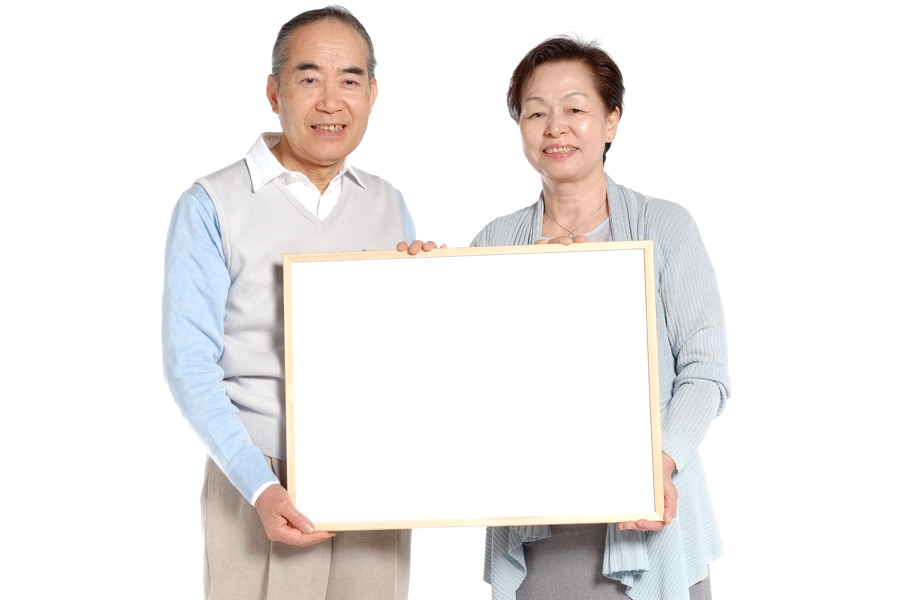 フリー写真 メッセージボードを持つ老夫婦