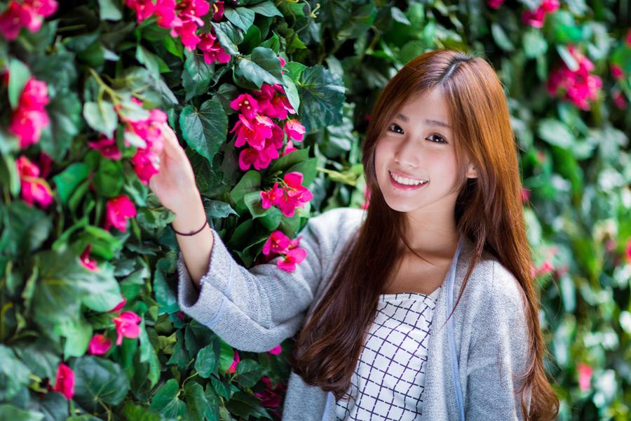 フリー写真 花の壁と女性ポートレイト