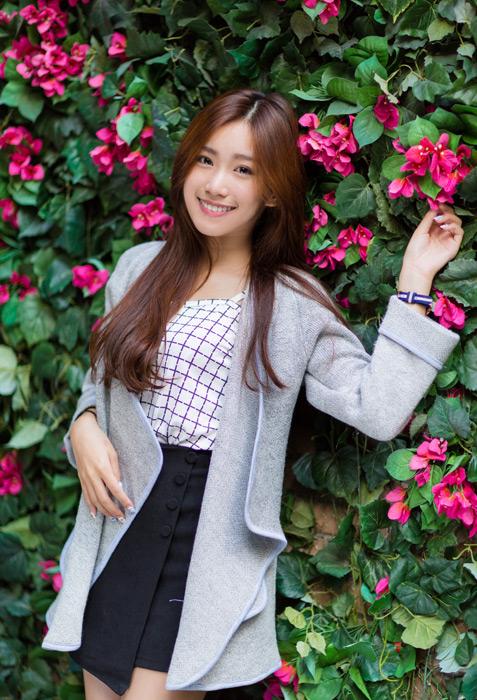 フリー写真 花の壁を背にして立っている女性