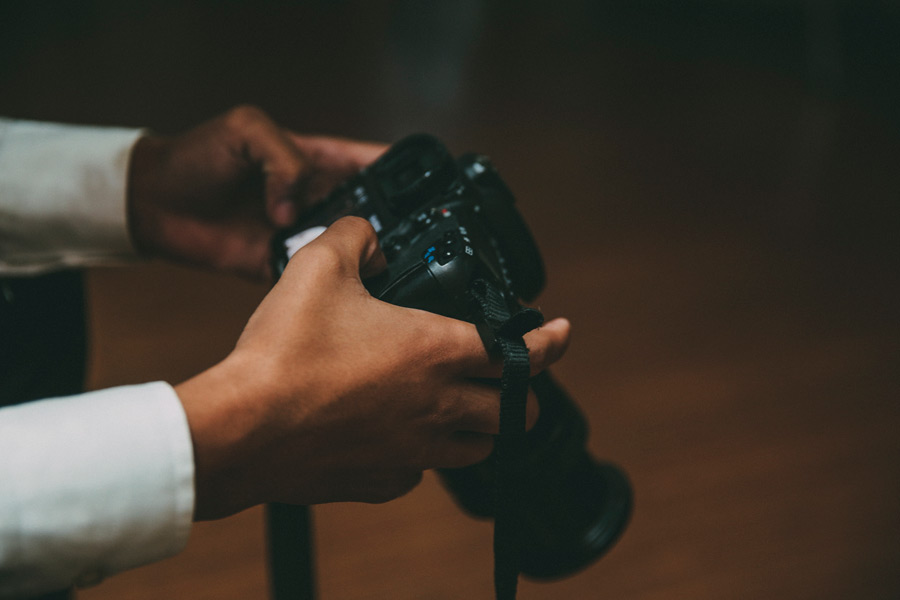 フリー写真 撮影した写真を確認している手元