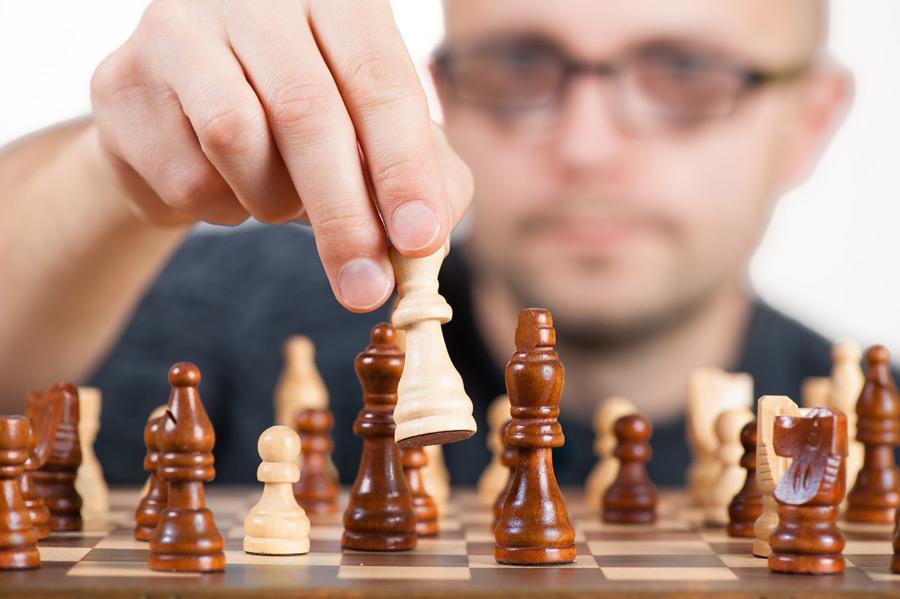 フリー写真 チェスをしている外国人男性