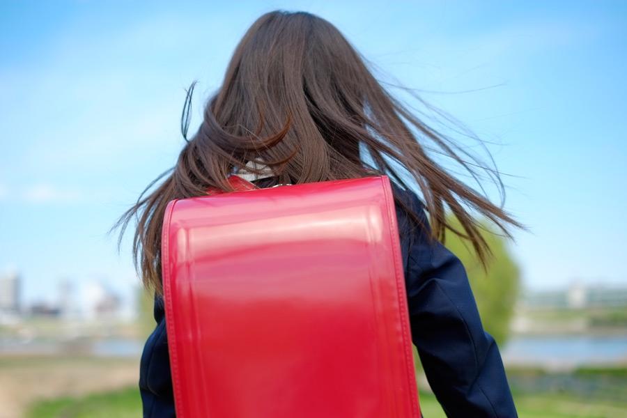 フリー写真 ランドセルを背負う小学生の女の子の後ろ姿