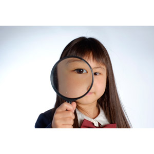フリー写真, 人物, 子供, 女の子, アジアの女の子, 日本人, 女の子(00119), 学生(生徒), 小学生, 虫眼鏡(ルーペ), 観察する, 調べる, 覗く