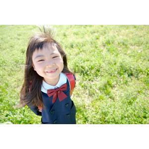 フリー写真, 人物, 子供, 女の子, アジアの女の子, 日本人, 女の子(00119), 学生(生徒), 小学生, 学生服, 草むら