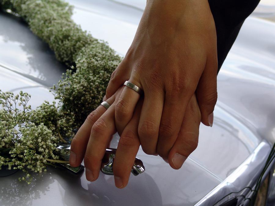 フリー写真 結婚指輪をした新郎新婦の絡め合う手