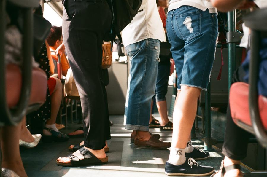 フリー写真 バスに乗っている乗客の人々