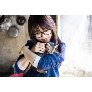 フリー写真, 人物, 女性, アジア人女性, ベトナム人, 眼鏡(メガネ), 人と動物, 動物, 哺乳類, 猫(ネコ), 子猫, キジトラ猫