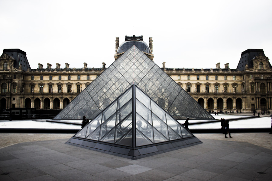 フリー写真 ルーヴル・ピラミッドとルーブル美術館