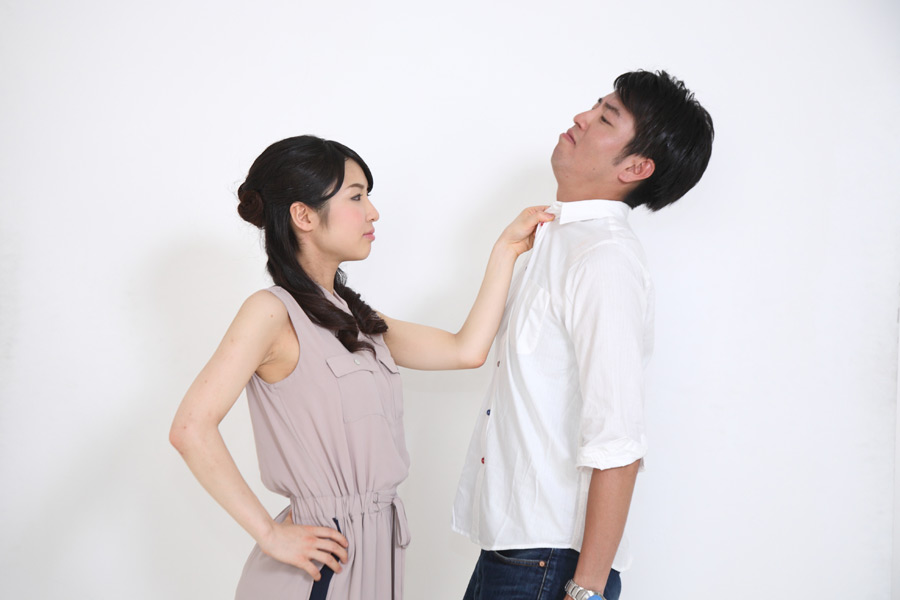 フリー写真 夫の胸ぐらを掴む嫁