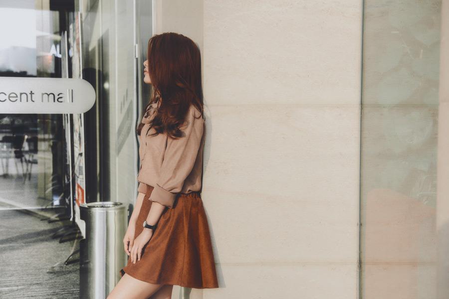 フリー写真 壁を背にして立っている女性のポートレイト