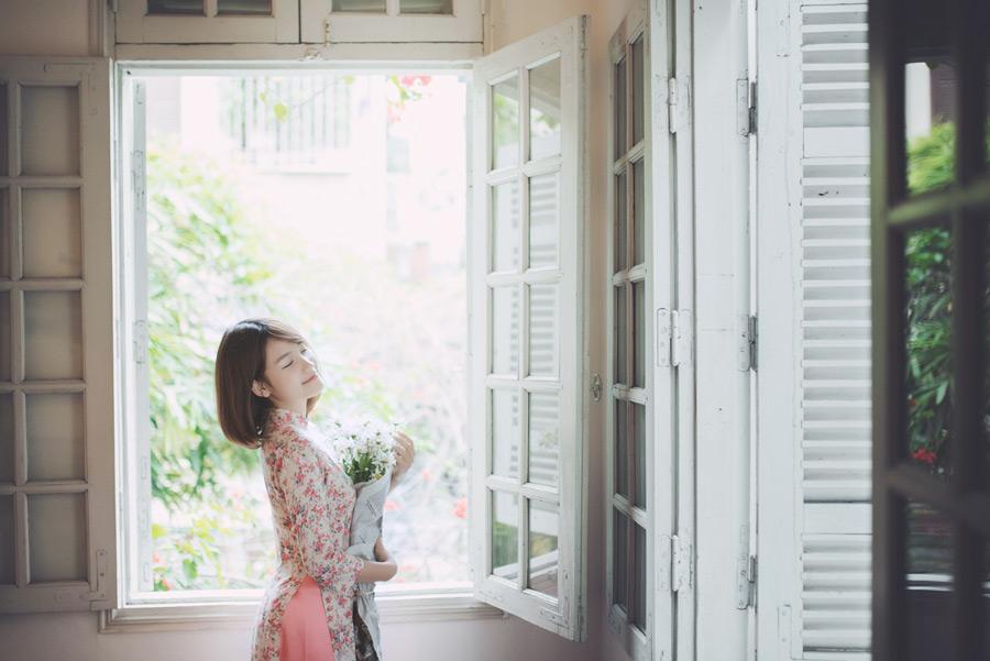 フリー写真 窓辺で花束を抱えているベトナム人女性