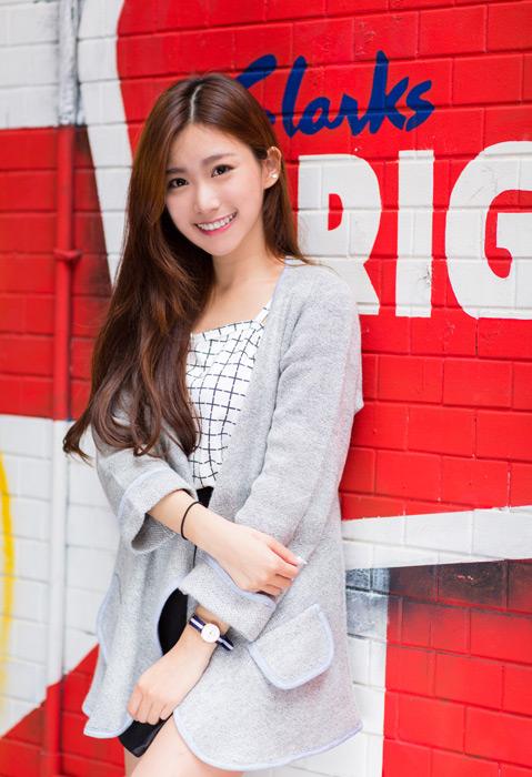 フリー写真 ペイントされた壁の前に立つ女性ポートレイト