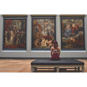 フリー写真, 人物, 女性, 外国人女性, 後ろ姿, 座る(ベンチ), 眺める, 絵画, 博物館(美術館), ルーブル美術館, ピーテル・パウル・ルーベンス, マリー・ド・メディシス
