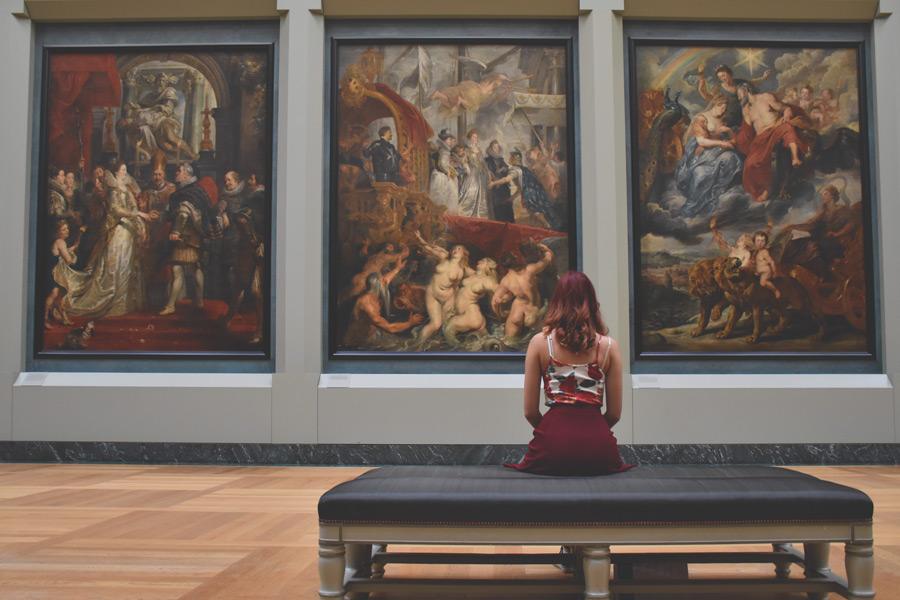 フリー写真 ルーブル美術館で絵画を鑑賞する女性