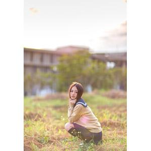 フリー写真, 人物, 少女, アジアの少女, 女性(00121), 中国人, 学生服, 学生(生徒), 高校生, しゃがむ, 草むら