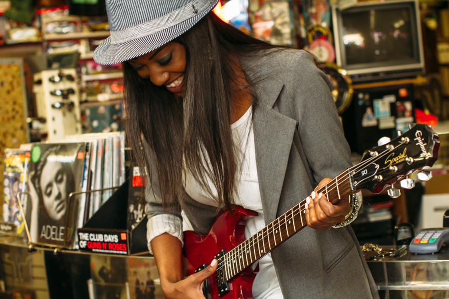 フリー写真 ギターを弾く黒人女性
