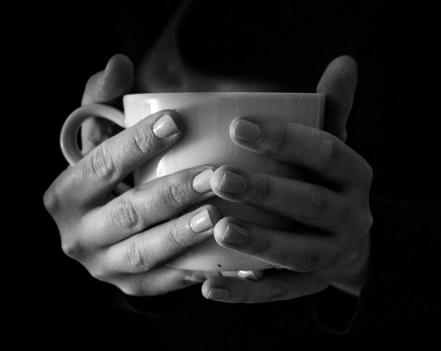 フリー写真 温かいコーヒーが入ったカップを持つ手