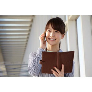 フリー写真, 人物, 女性, アジア人女性, 日本人, 女性(00025), 職業, 仕事, ビジネスウーマン, OL(オフィスレディ), 携帯電話, 通話, 手帳, ブラウス