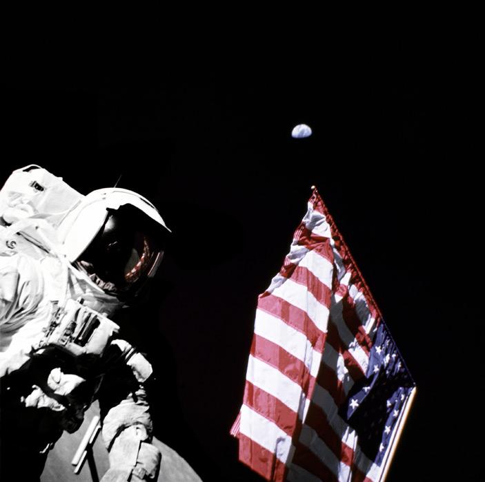 フリー写真 宇宙飛行士と星条旗と地球