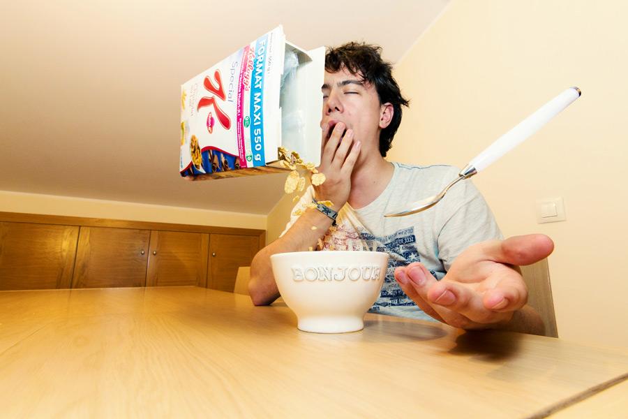 フリー写真 欠伸をする男性と用意される朝食
