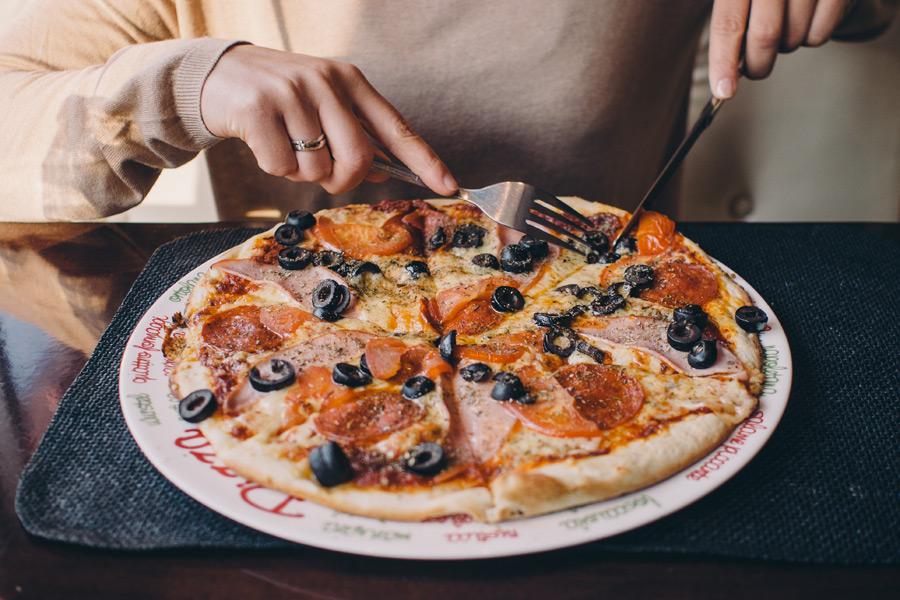 フリー写真 ピザを食べる人物