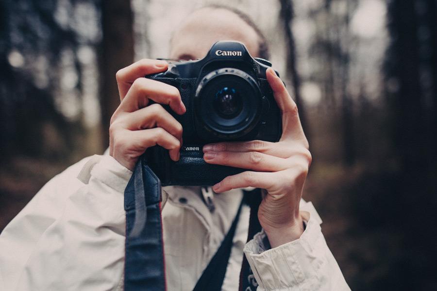 フリー写真 一眼レフカメラで写真を撮る人物