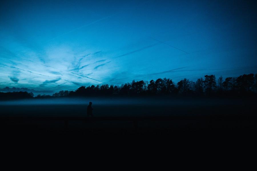 フリー写真 霧と人影と日暮れの風景