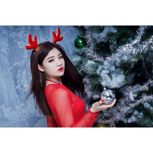フリー写真, 人物, 女性, アジア人女性, ベトナム人, トナカイの衣装, 年中行事, クリスマス, 12月, 冬, クリスマスツリー, クリスマスボール