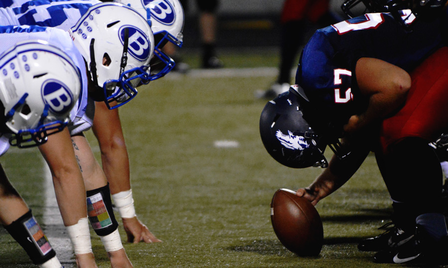 フリー写真 アメリカンフットボールのスクリメージ