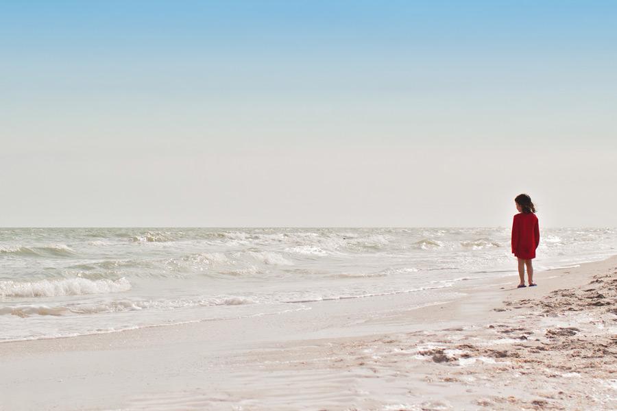フリー写真 波打ち際に立つ女の子
