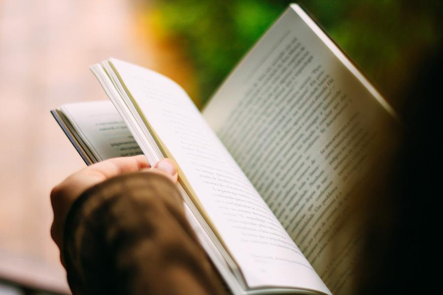 フリー写真 読書中の本と手