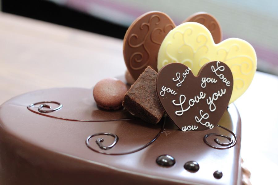 フリー写真 ハート型のチョコレートケーキ