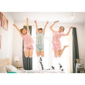 フリー写真, 人物, 女性, アジア人女性, 三人, 友達, 集団(グループ), 跳ぶ(ジャンプ), ピースサイン(Vサイン)